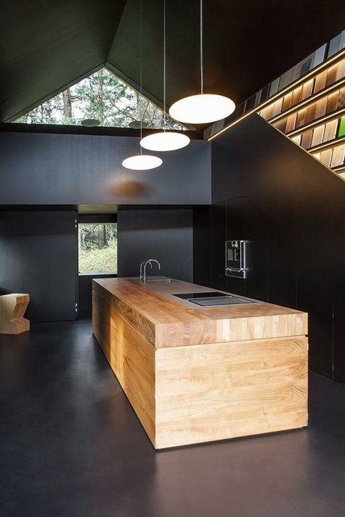 Una cocina muy estilo industrial, grandes bloques...