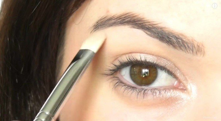 Easy eye makeup for beginners.Always use eye prime...