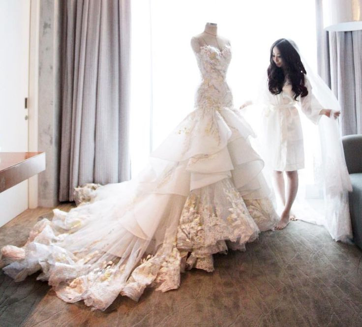 Ok it's a lot of dress, but damn if it isn't lovel...